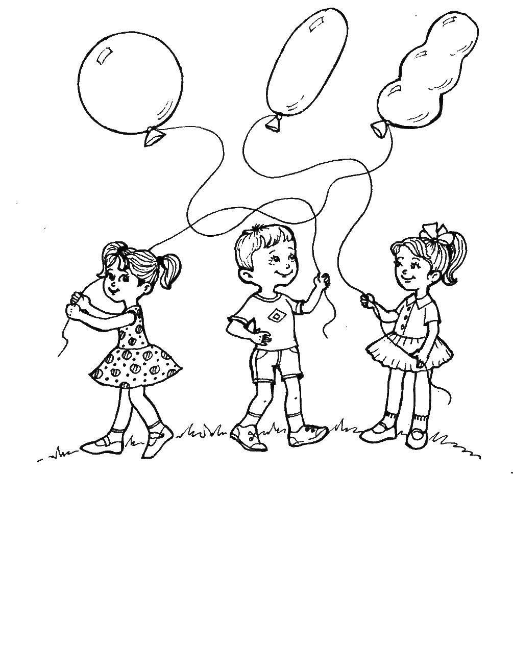 Раскраска Дети играют с воздушными шариками на поляне Скачать Дети, игры, отдых, природа, воздушные шарики.  Распечатать ,дети,