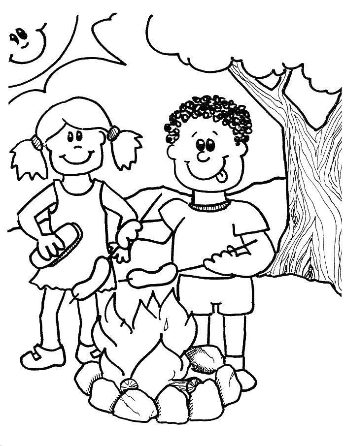 Раскраска Мальчик и девочка жарят сосиски Скачать мальчик, девочка, костер, сосиски.  Распечатать ,Отдых на природе,