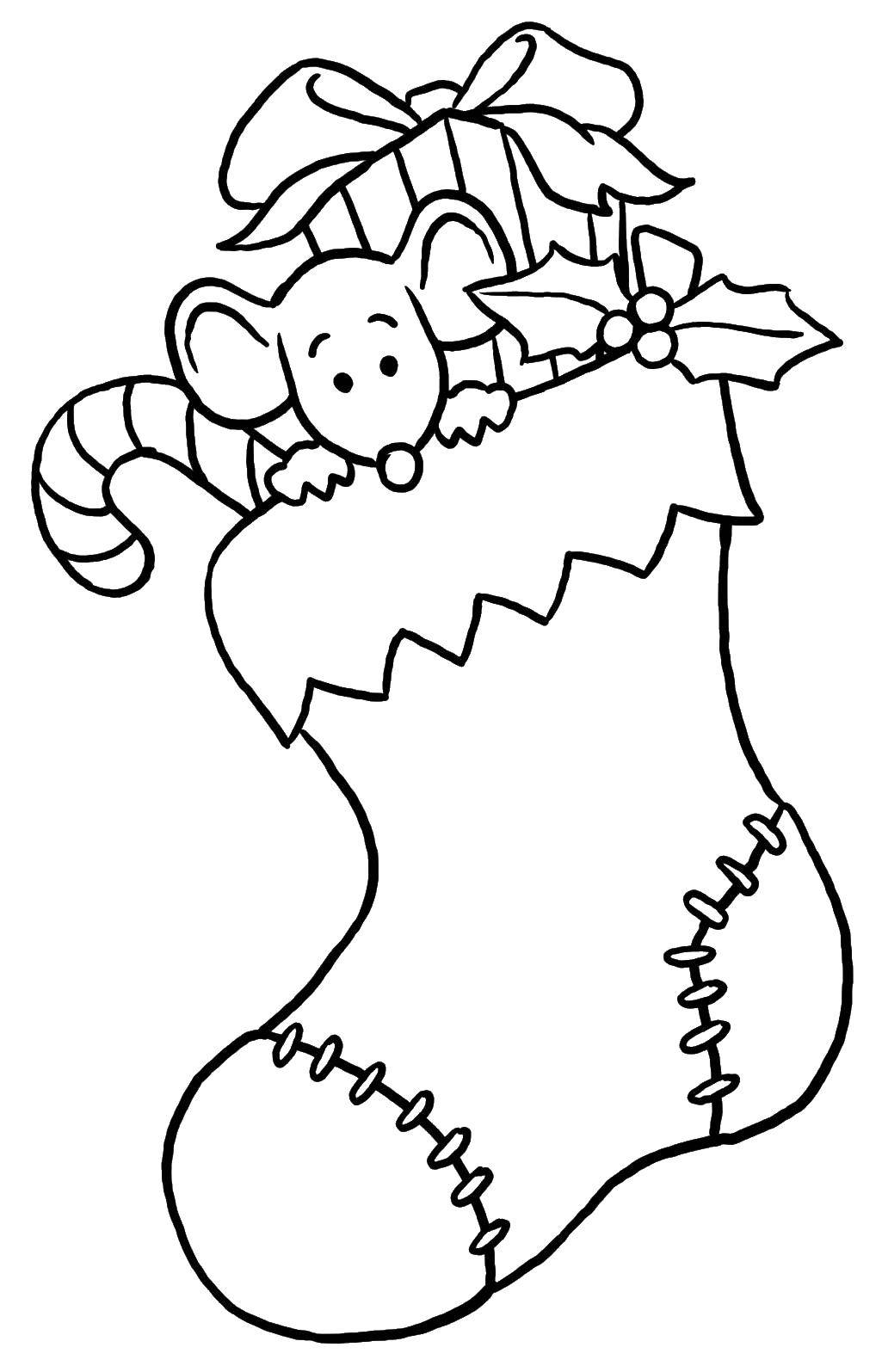Название: Раскраска Мышка в носке. Категория: Рождество. Теги: Рождество, ёлочная игрушка, ёлка, подарки.