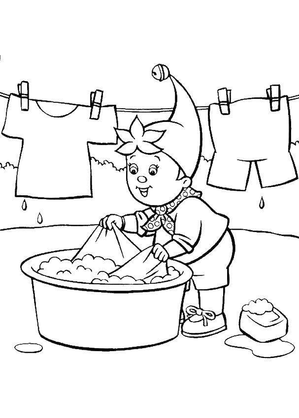 Раскраска Гномик стирает одежду Скачать Одежда, стирка, лето, гном.  Распечатать ,одежда,